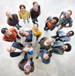 Gruppenbild von Oben, lachende Menschen